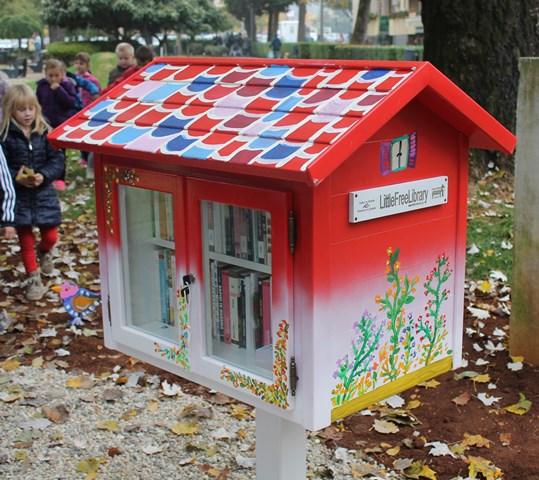 """Prva """"kućica za knjige"""" u Hrvatskoj postavljena u Poreču. Izvor: Gradska knjižnica Poreč."""